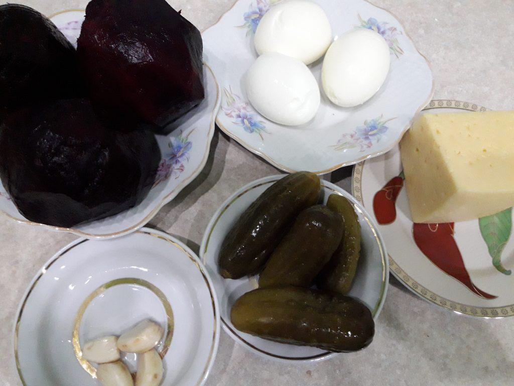 Фото рецепта - Свекольный салат с яйцами и огурчиками - шаг 1