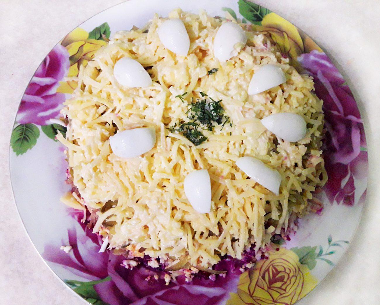 Свекольный салат с яйцами и огурчиками