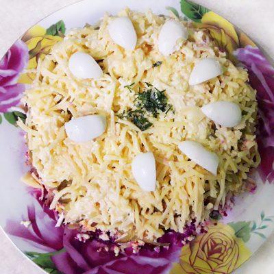 Свекольный салат с яйцами и огурчиками - рецепт с фото