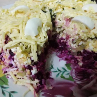 Фото рецепта - Свекольный салат с яйцами и огурчиками - шаг 4