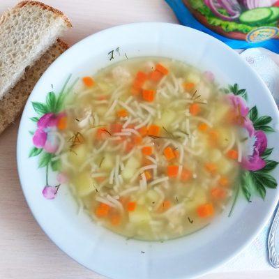Фото рецепта - Быстрый куриный суп с вермишелью - шаг 3