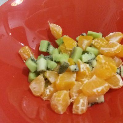 Фото рецепта - Фруктовый салат с грецким орехом - шаг 1