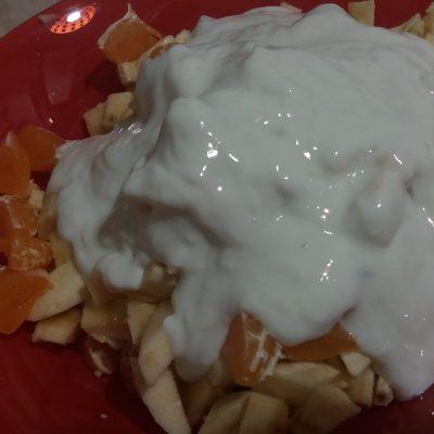Фото рецепта - Фруктовый салат с грецким орехом - шаг 4