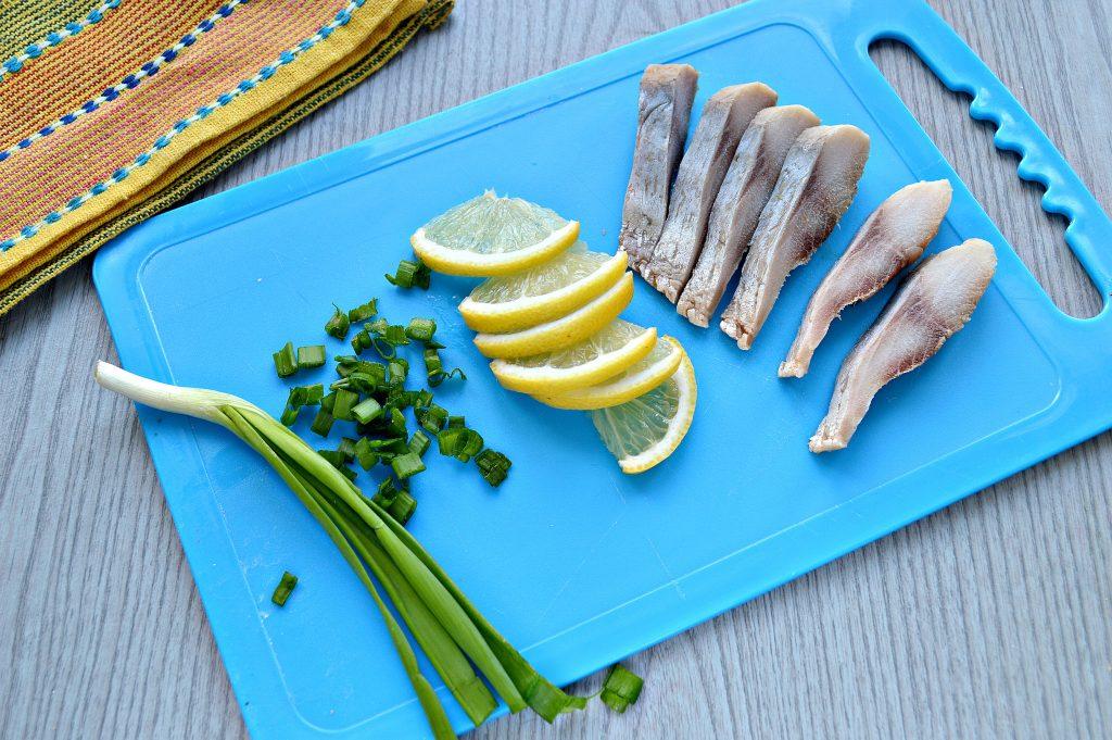 Фото рецепта - Аппетитные бутерброды с рыбой и лимоном - шаг 3