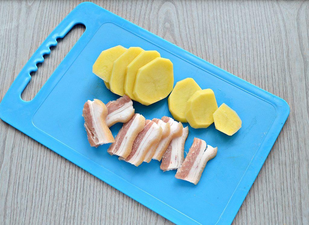 Фото рецепта - Картофель, запеченный в фольге с салом - шаг 3