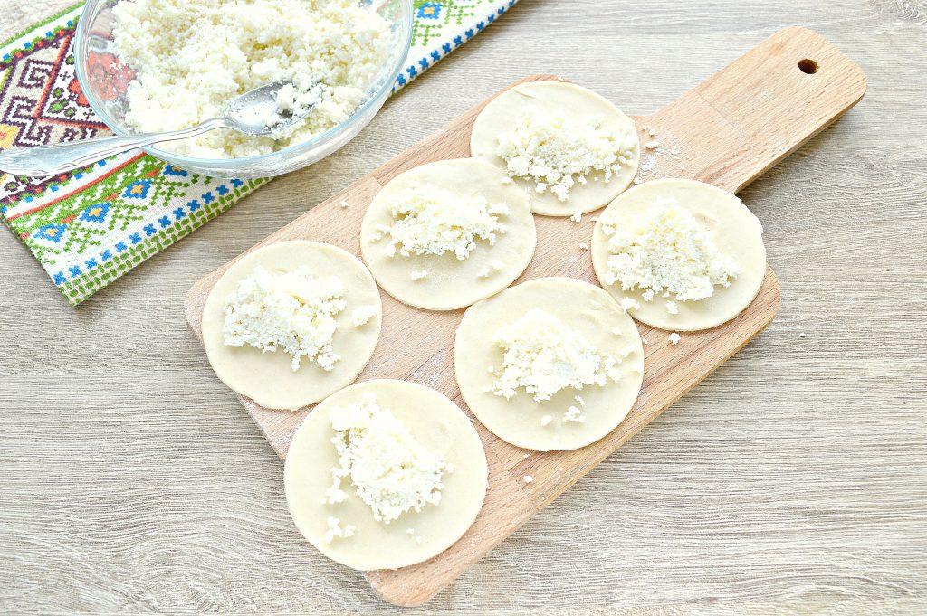 Фото рецепта - Вкусные вареники с творогом - шаг 3