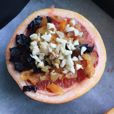 Фото рецепта - Запеченный с сухофруктами и орехами грейпфрут - шаг 2