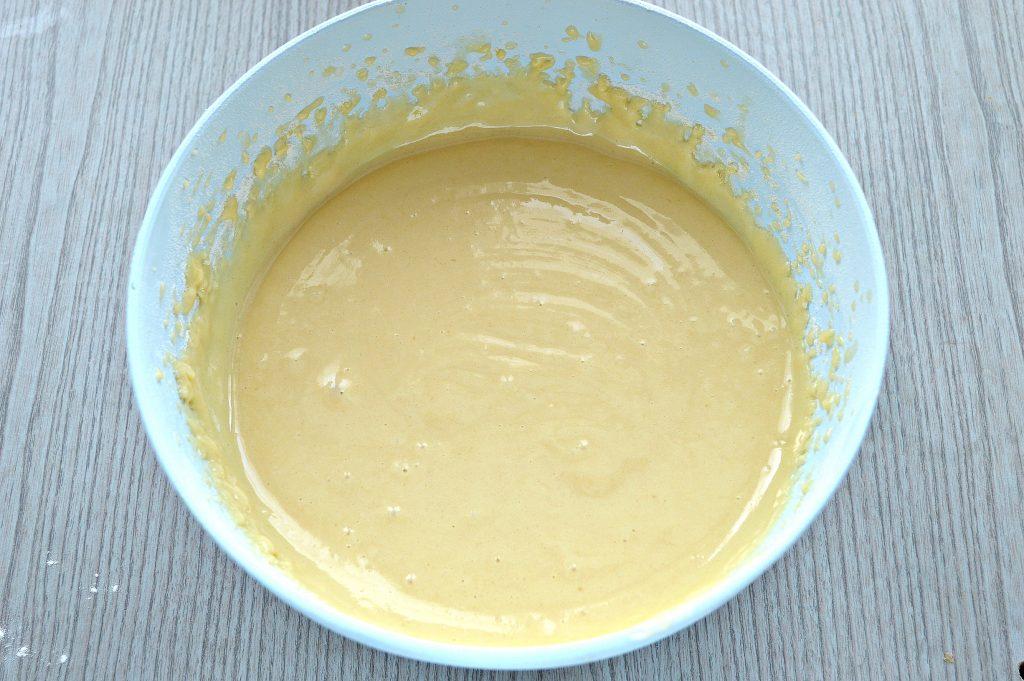 Фото рецепта - Яблочная шарлотка на ряженке - шаг 4