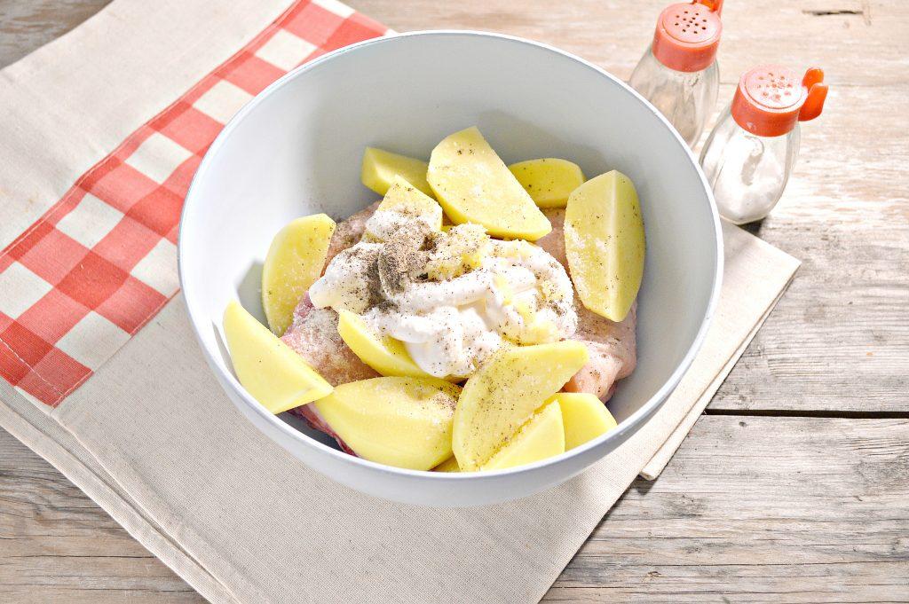 Фото рецепта - Курица, запеченная с картофелем в сметане - шаг 4