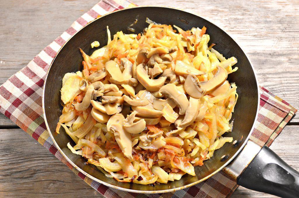 Фото рецепта - Капуста, жаренная с маринованными шампиньонами - шаг 4