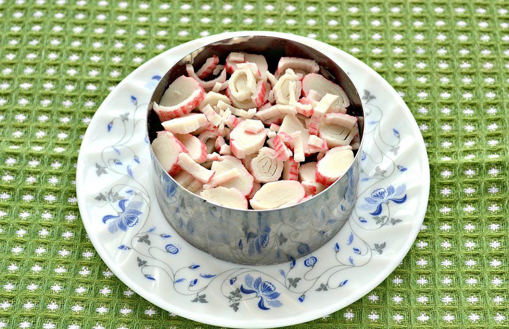 Фото рецепта - Слоеный салат с крабовыми палочками, сыром и яблоками - шаг 4