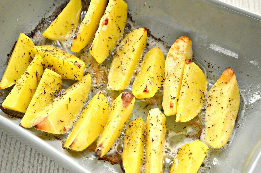 Фото рецепта - Запеченный картофель дольками с сыром - шаг 4