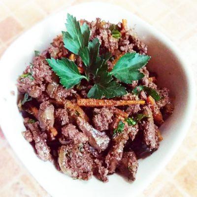 Теплый салат из печени с морковью - рецепт с фото