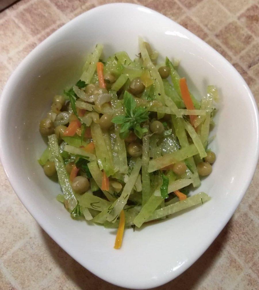 Фото рецепта - Салат из зеленой редьки и горошка - шаг 7