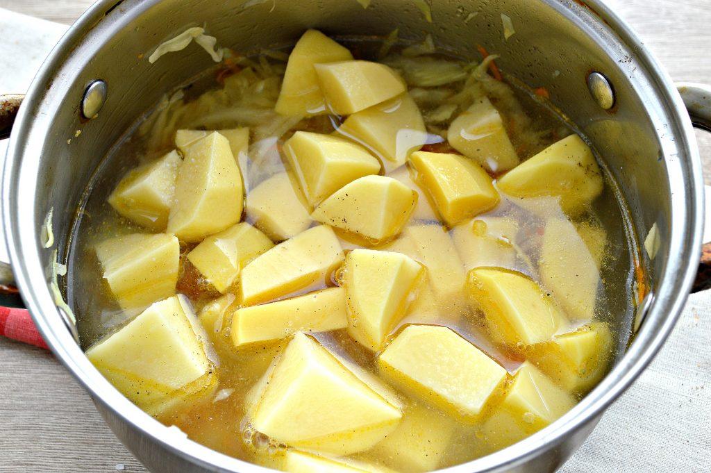 Фото рецепта - Капуста белокочанная, тушенная с картофелем - шаг 5