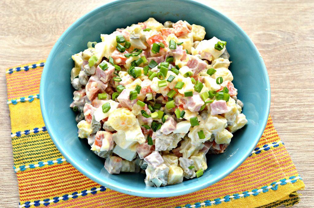 Фото рецепта - Зимний салат с ветчиной и маринованными огурцами - шаг 5