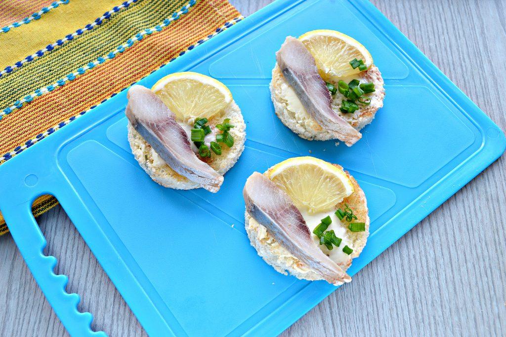 Фото рецепта - Аппетитные бутерброды с рыбой и лимоном - шаг 5