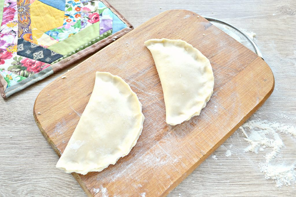Фото рецепта - Чебуреки с творогом - шаг 5