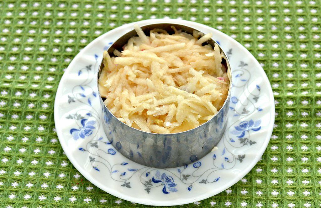 Фото рецепта - Слоеный салат с крабовыми палочками, сыром и яблоками - шаг 5