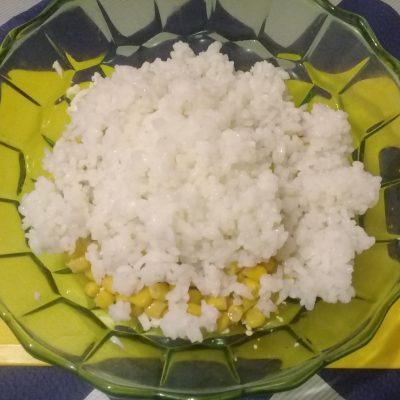 Фото рецепта - Крабовый салат с рисом и кукурузой - шаг 4
