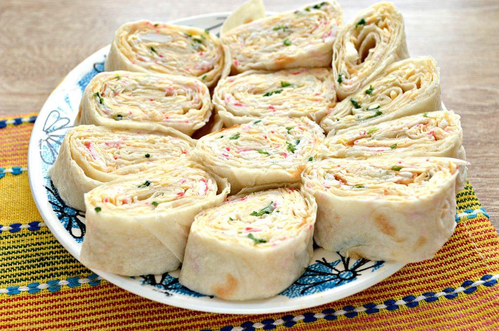 Фото рецепта - Рулетики из лаваша с крабовыми палочками и сыром - шаг 6