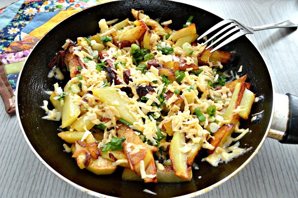 Фото рецепта - Жареный картофель с сыром - шаг 6