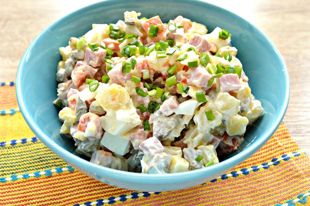 Зимний салат с ветчиной и маринованными огурцами