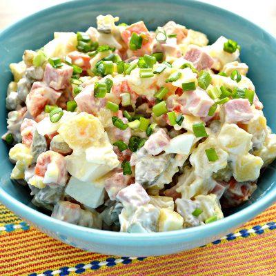 Зимний салат с ветчиной и маринованными огурцами - рецепт с фото