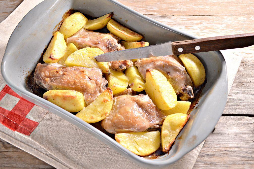 Фото рецепта - Курица, запеченная с картофелем в сметане - шаг 6