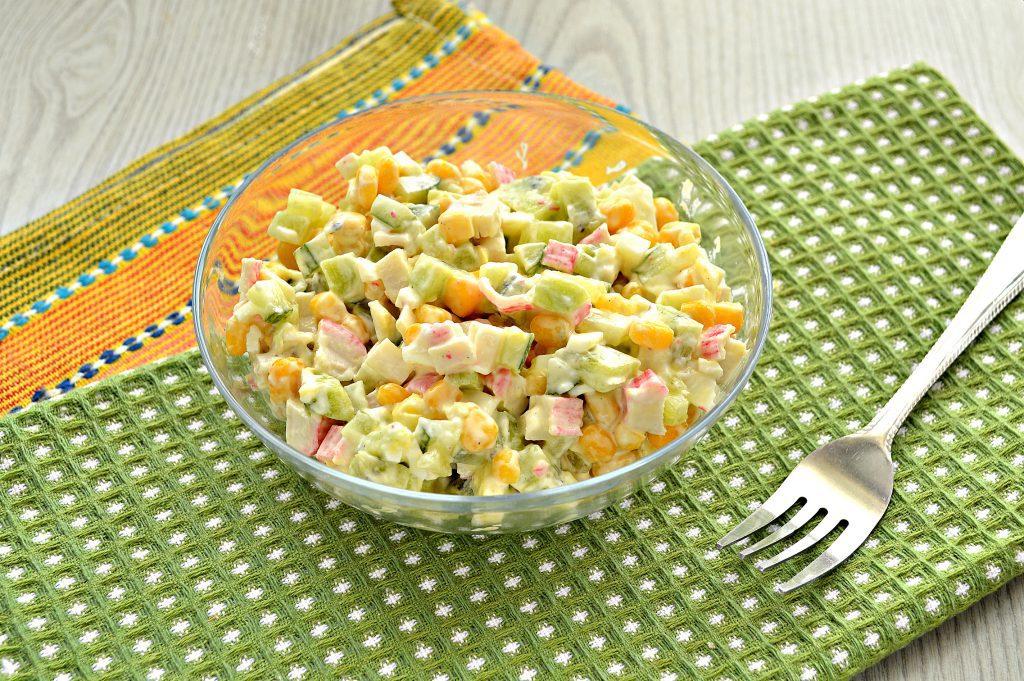 Фото рецепта - Крабовый салат с киви и кукурузой - шаг 6