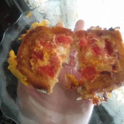 Жареный бутерброд с яйцом и томатом - рецепт с фото
