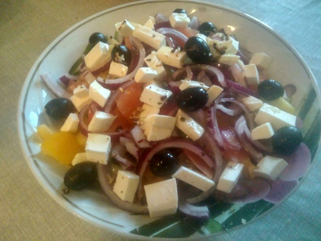 Фото рецепта - Греческий салат с фетой и маринованным луком - шаг 3