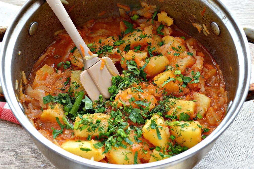 Фото рецепта - Капуста белокочанная, тушенная с картофелем - шаг 7