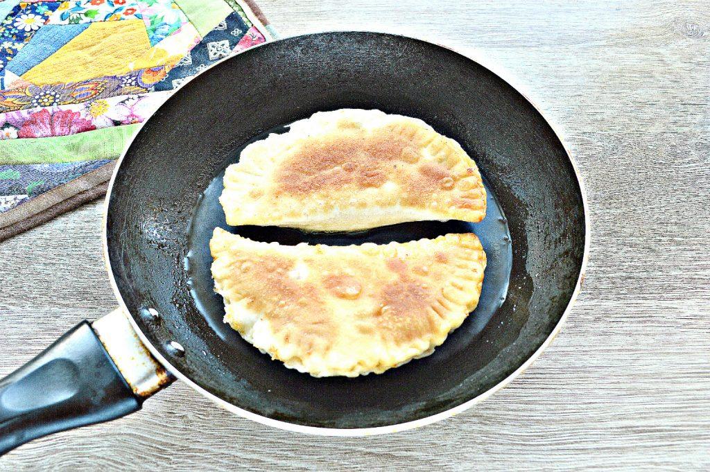 Фото рецепта - Чебуреки с творогом - шаг 7