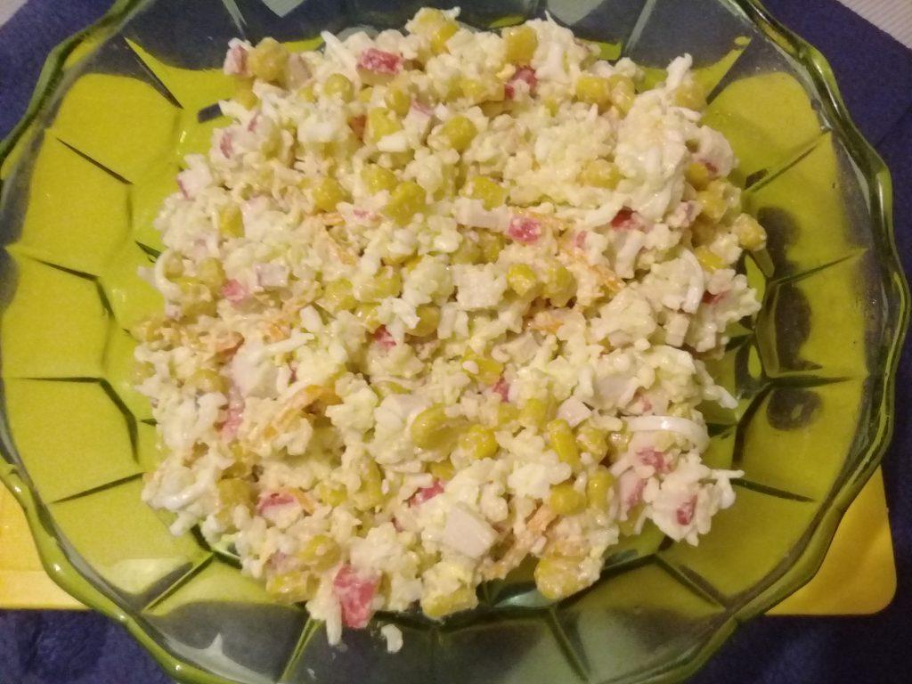 Фото рецепта - Крабовый салат с рисом и кукурузой - шаг 6