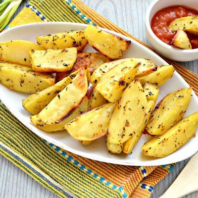 Картофель дольками, запеченный с чесноком, паприкой и травами - рецепт с фото