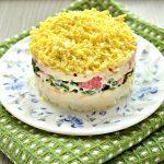 Слоеный салат с крабовыми палочками, сыром и яблоками