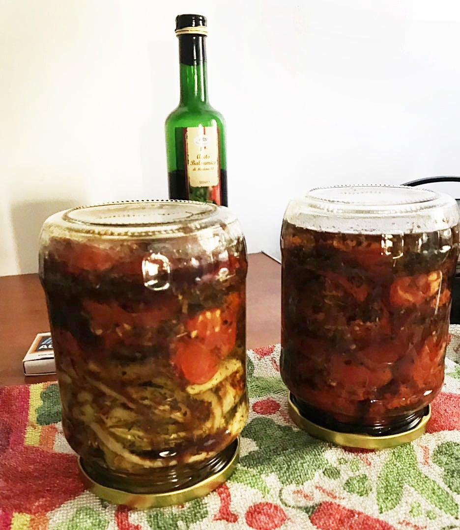 Вяленые помидоры и болгарский перец в оливковом масле