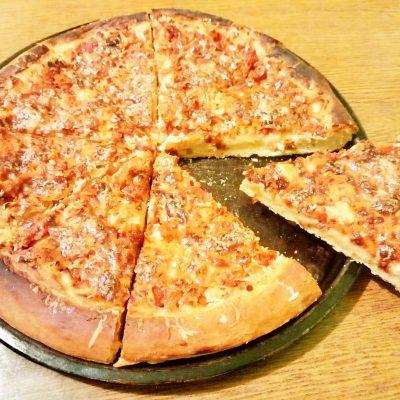 Пицца по-домашнему на дрожжах (c колбасой и курицей) - рецепт с фото