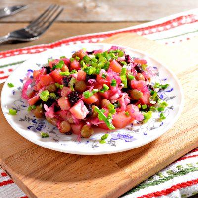 Винегрет с квашеной капустой и зеленым горошком - рецепт с фото