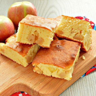 Заливная лимонная шарлотка с яблоками - рецепт с фото
