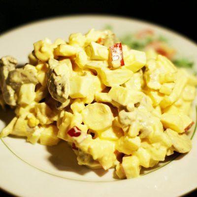Салат из сыра, яиц и маринованных грибов с яблочком - рецепт с фото