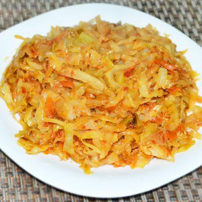 Тушеная капуста на сковороде - рецепт с фото