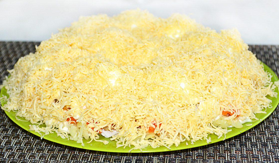Салат «Снежные сугробы» с курицей и яйцами