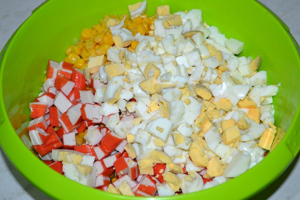 Фото рецепта - Салат с крабовыми палочками, кукурузой и пекинской капустой - шаг 6