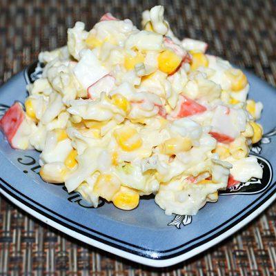 Салат с крабовыми палочками, кукурузой и пекинской капустой - рецепт с фото