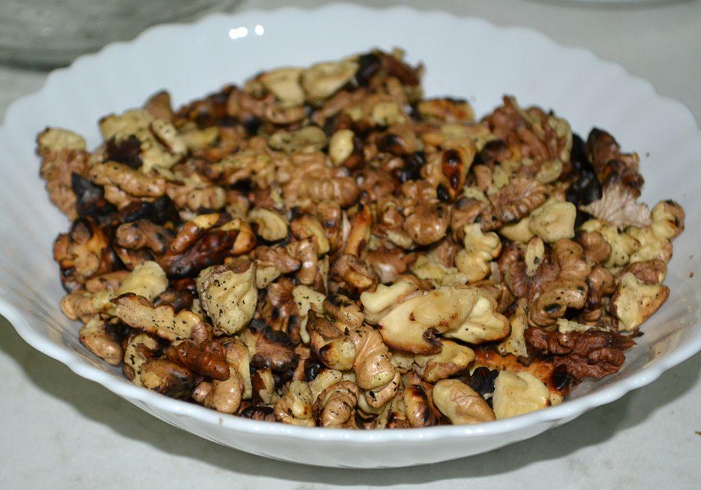 Фото рецепта - Салат-десерт «Чернослив с орехами в сметане» - шаг 3
