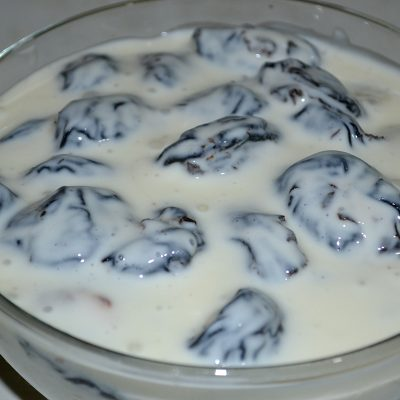 Фото рецепта - Салат-десерт «Чернослив с орехами в сметане» - шаг 6
