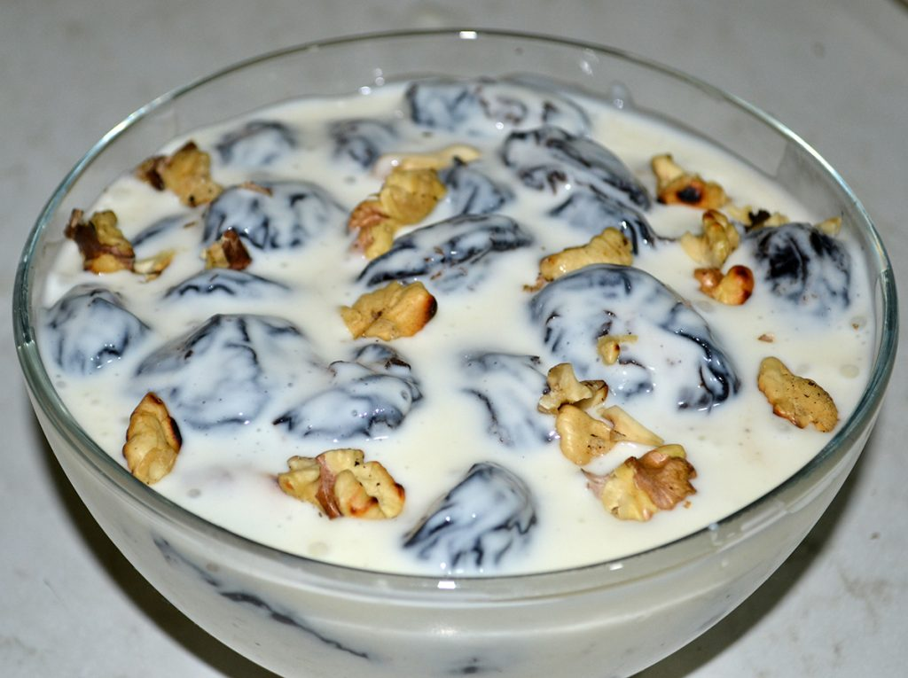 Фото рецепта - Салат-десерт «Чернослив с орехами в сметане» - шаг 7