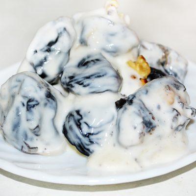 Салат-десерт «Чернослив с орехами в сметане» - рецепт с фото